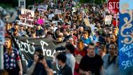 Studenten, Anwohner und linke Aktivisten protestieren am Samstag bei der Versammlung für Gerechtigkeit auf dem Campus der Universität von Virginia (UVA) gegen rechte Gewalt.