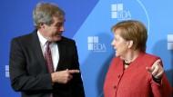 Wo lang? Da lang! Angela Merkel zeigt Ingo Kramer, dem Präsidenten des Bundes Deutscher Arbeitgeber, den Weg.