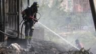 Italien hat schon den ganzen Sommer mit Waldbränden zu kämpfen, hier ein Feuerwehrmann im Juli in Arzano bei Neapel