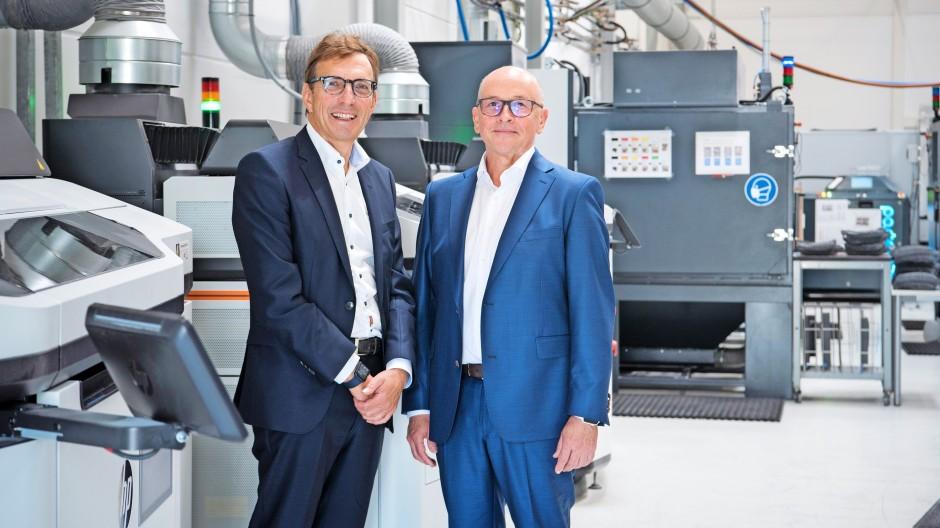 Machen Druck: Wolf Matthias Mang (links) mit Oechsler-Chef Claudius Kozlik am Firmensitz in Ansbach, wo eine der global größten 3-D-Druckerflotten steht