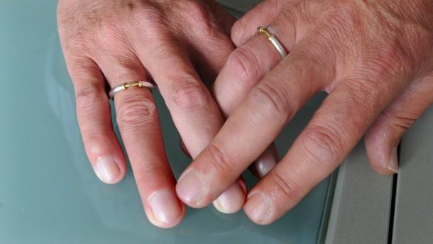 Karlsruhe fordert Gleichbehandlung der Homo-Ehe
