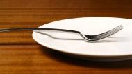 Der Teller bleibt leer: Menschen die fasten, verzichten oft den ganzen Tag auf Nahrung.