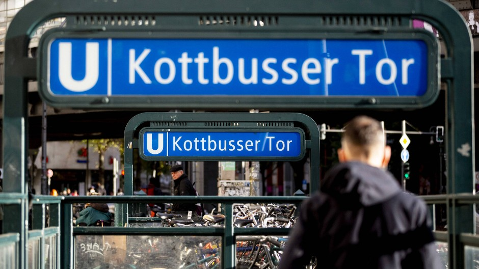 Eine Gruppe von Männern soll auf dem Bahnsteig der U-Bahn-Station Kottbusser Tor in Streit geraten sein.