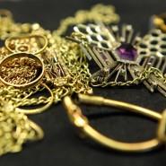 Angekaufter Goldschmuck auf dem Tresen einer Münzhandlung