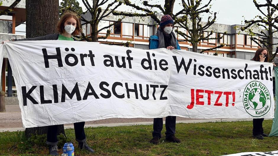 Demo vor dem Bundesverfassungsgericht: Aktivisten von Fridays for Future am Donnerstag