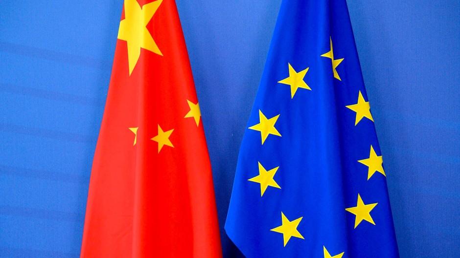 Die chinesische und die europäische Flagge hängen nebeneinander.