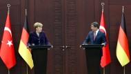 Jetzt zählt`s: Kanzlerin Merkel und der türkische Ministerpräsident Ahmet Davutoglu am 8. Februar in Ankara. Es war der Tag, an dem sie den Nato-Einsatz in der Ägäis auf den Weg brachten.