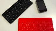 Schreiben wie der Wind: Microsoft (links in schwarz) und Logitech (rechts in rot) verkaufen Bluetooth-Tastaturen für Schnellschreiber.