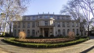 Andernorts ergibt sich die Dringlichkeit der Präsentation aus der Umgebung. Im neoklassizistischen Palast am Wannsee muss sie mit kuratorischen Mitteln erzwungen werden.