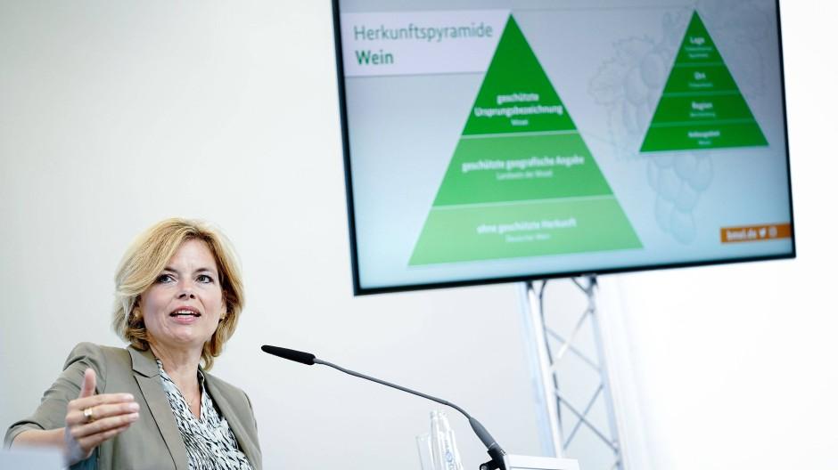 Julia Klöckner (CDU), Bundesministerin für Ernährung und Landwirtschaft, spricht auf einer Pressekonferenz in ihrem Ministerium zu den Medienvertretern.
