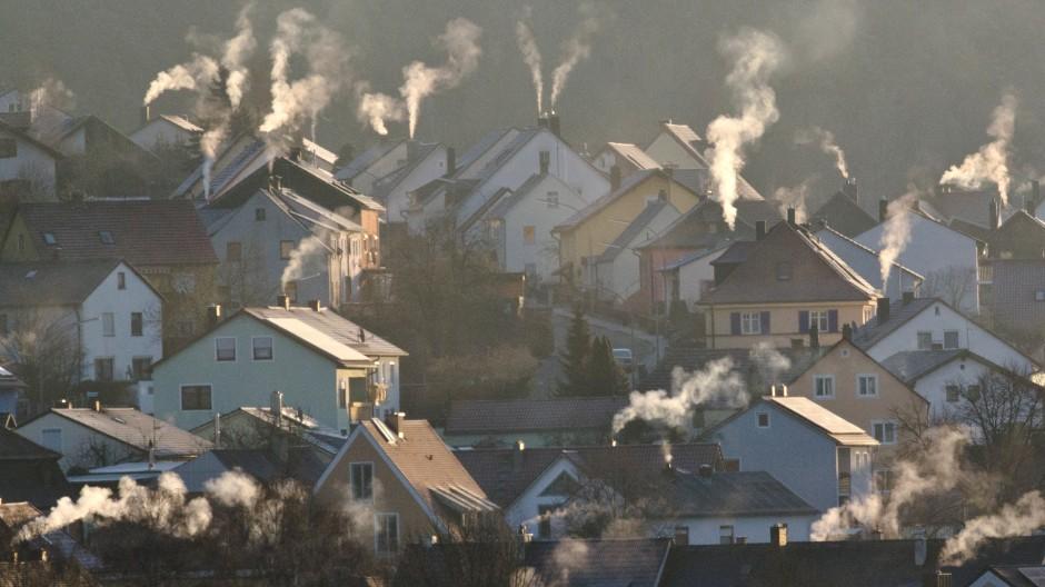Angesichts der Energiepreise fordern Mieterbund und Verbraucherschützer Hilfen für Mieter.