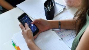 Brauchen auch deutsche Schulen ein Handyverbot?