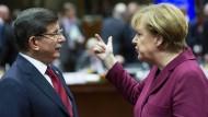 Schwierige Verhandlungen: der türkische Ministerpräsident Davutoglu und Kanzlerin Merkel Ende November beim EU-Gipfel in Brüssel