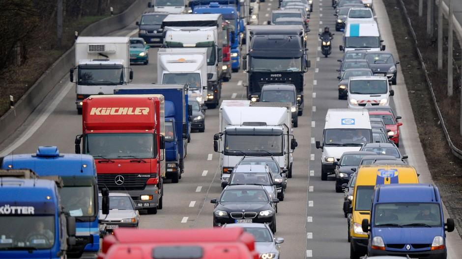 Die Belastungen für die Umwelt und durch Unfälle belaufen sich auf knapp 90 Milliarden Euro jährlich, hat die TU Dresden errechnet