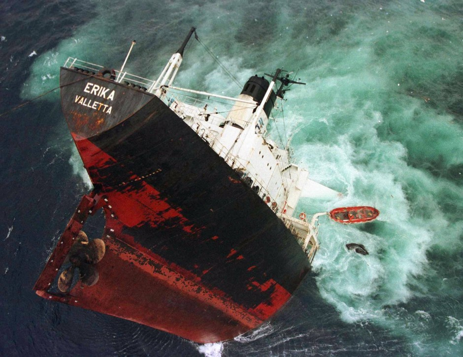 """Der Untergang der """"Erika"""" im Jahr 1999, der das Verbot der als riskant eingeschätzten Einhüllentanker beschleunigte"""