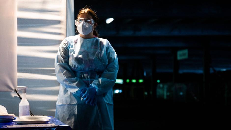 Eine Helferin in einem Testzentrum in Hannover