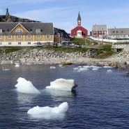 Eisblöcke treiben vor der Hauptstadt der dänischen Autonomieregion Grönland Nuuk.