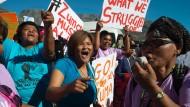 Wütende Frauen demonstrieren gegen Präsident Zuma und die umstrittene Gupta-Familie.