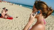 Eine Urlauberin beim Telefonieren: Nach 50 Minuten werden Handygespräche im Ausland teuer.