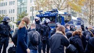 """Polizei setzt Wasserwerfer gegen """"Querdenker"""" und Gegner ein"""