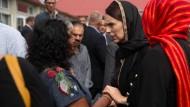 Die neuseeländische Premierministerin trägt nach dem Anschlag in Christchurch ein Kopftuch.