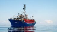 Das deutsche Rettungsschiff Lifeline im Mittelmeer