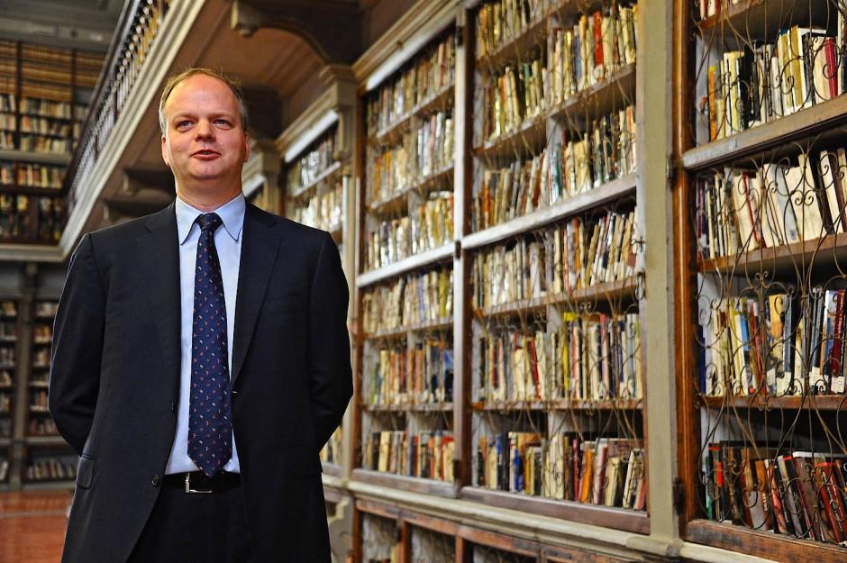 Eike Schmidt zwischen den Büchern der Uffizien