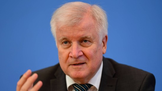 Seehofer besorgt über gewaltbereite Rechtsextremisten