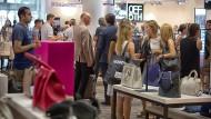 Discount contra Edelboutiquen: Mode teurer Luxusmarken finden die Frankfurter neuerdings auch im Outlet-Haus Saks Off Fifth an der Hauptwache.