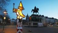 Eine beleuchtete Figur des Festkomitees Kölner Karneval steht in der Stadt an der Wegstrecke des abgesagten Rosenmontagsumzugs.