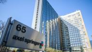 Blick auf das Axel Springer Hauptgebäude in Berlin, wo unter anderem die Redaktionen der Bild und der Welt-Gruppe sitzen.