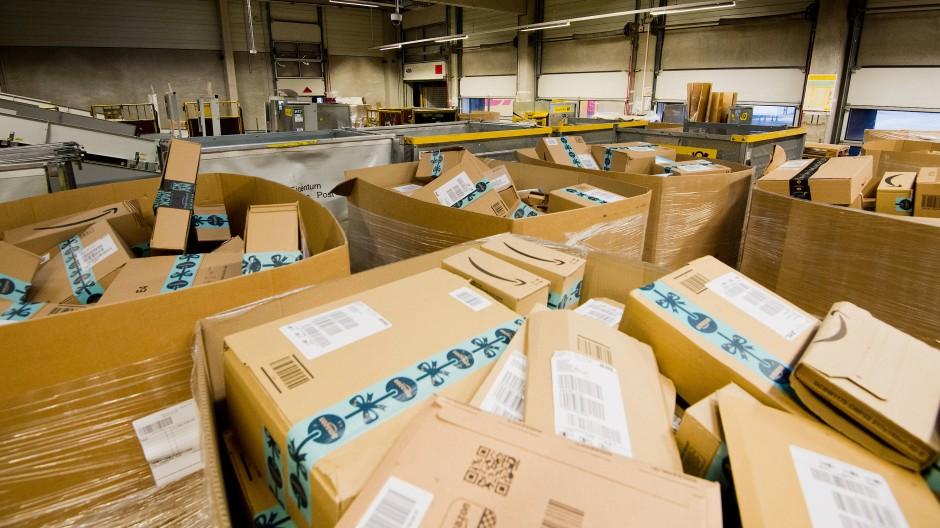 Pakete, in diesem Fall von Amazon, liegen in einem Paketzentrum der Deutschen Post.