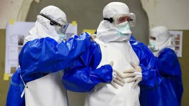 Freiwillige bei der Bundeswehr bereiten sich während eines Trainings in Appen auf den Umgang mit Ebola-Kranken vor