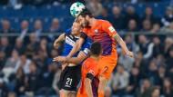 Auch in der Luft: Intensive Partie zwischen dem Bielefelder Andreas Vogelsammer (links) und Bochumer Tim Hoogland