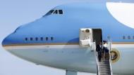Ausstieg im Wind: Barack Obama und seine Frau Michelle verlassen ihre Air Force One.