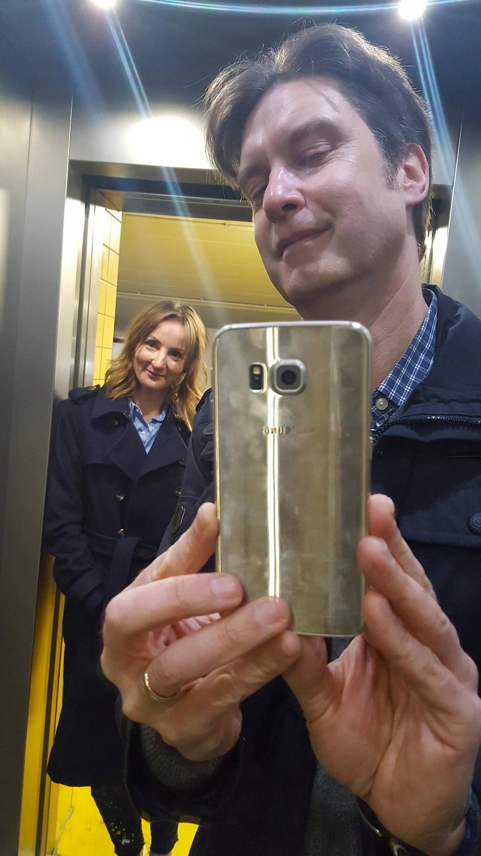 Man at work: Unser Instagram Husband hat seine Frau immer im Blick. Und den Finger immer am Drücker.