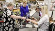 Hier kauft die Ministerin noch selbst: Franziska Giffey in einem Supermarkt in Radebeul