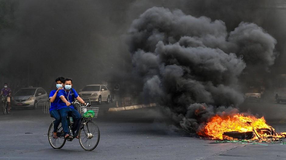 In Yangon protestieren demokratische Kräfte mit Straßenbarrikaden gegen das seit dem Putsch wiedererstarkte Militär.