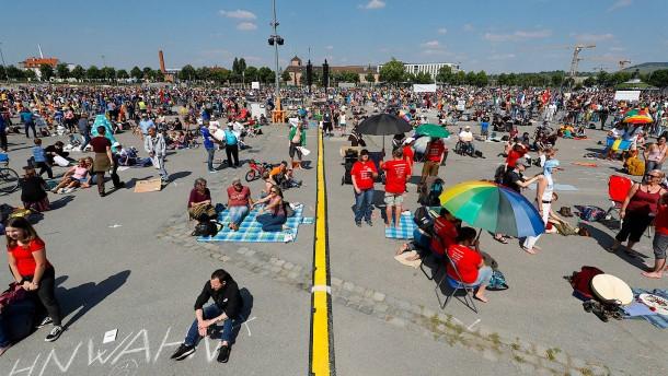 Tausende demonstrieren in mehreren Städten gegen Einschränkungen