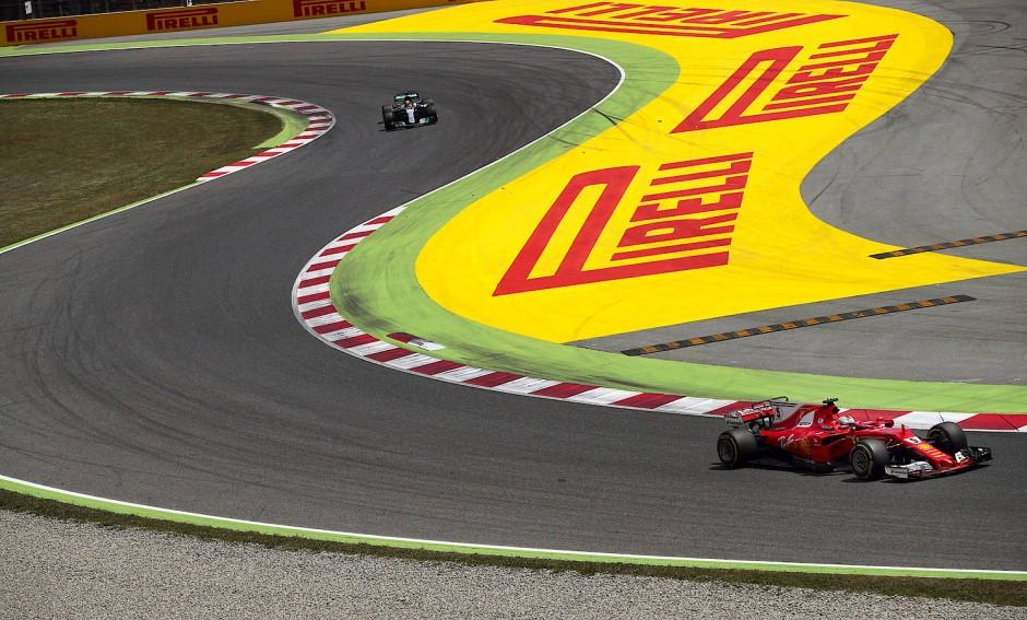 Vettel liegt während des Rennens vor Hamilton.