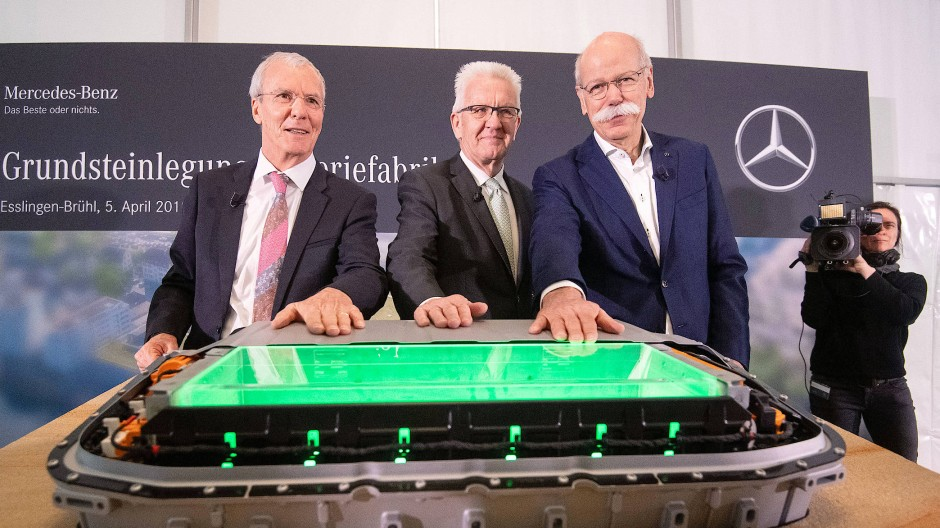 Baden-Württemberg: Dieter Zetsche (rechts), Vorstandsvorsitzender der Daimler AG, Winfried Kretschmann (Bündnis 90/Die Grünen) und Jürgen Zieger (SPD)