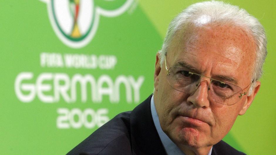 Es wird eng für den Kaiser: Offenbar hat Franz Beckenbauer bei der WM 2006 gar nicht ehrenamtlich gearbeitet
