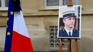 Frankreich gedenkt am Mittwoch Arnaud Beltrame, dem Polizisten, der sich bei einer Geiselnahme in Trèbes gegen eine Geisel austauschen ließ und später seinen Verletzungen erlag.