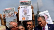 """Demonstranten bei einer Protestaktion für die Freilassung von """"Cumhuriyet""""-Journalisten am Montag vor einem Gericht in Istanbul"""
