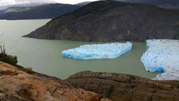 Gewaltiger Eisberg löst sich von Gletscher
