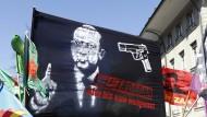 """Stein des Anstoßes: Banner mit dem Antlitz des türkischen Präsidenten Erdogan und der Aufschrift: """"Tötet Erdogan"""" – und dann kleiner gedruckt – """"mit seinen eigenen Waffen."""""""