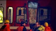 Rettungskräfte stehen vor zwei Straßenbahnen, die zusammengestoßen sind.