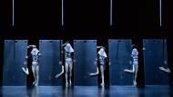 """Spiegeleffekt: Die Tänzer der """"Dresden Frankfurt Dance Company"""" rücken immer näher ans Publikum."""