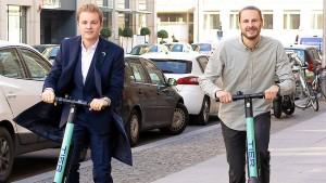 Nico Rosberg stellt neue Elektro-Tretroller vor