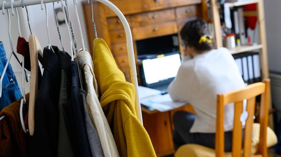Eine Frau in Stuttgart arbeitet aufgrund der Ausbreitung des Coronavirus von Zuhause.
